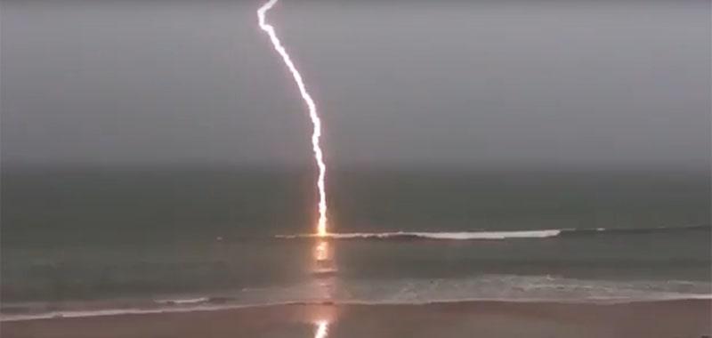 блискавка б'є в море
