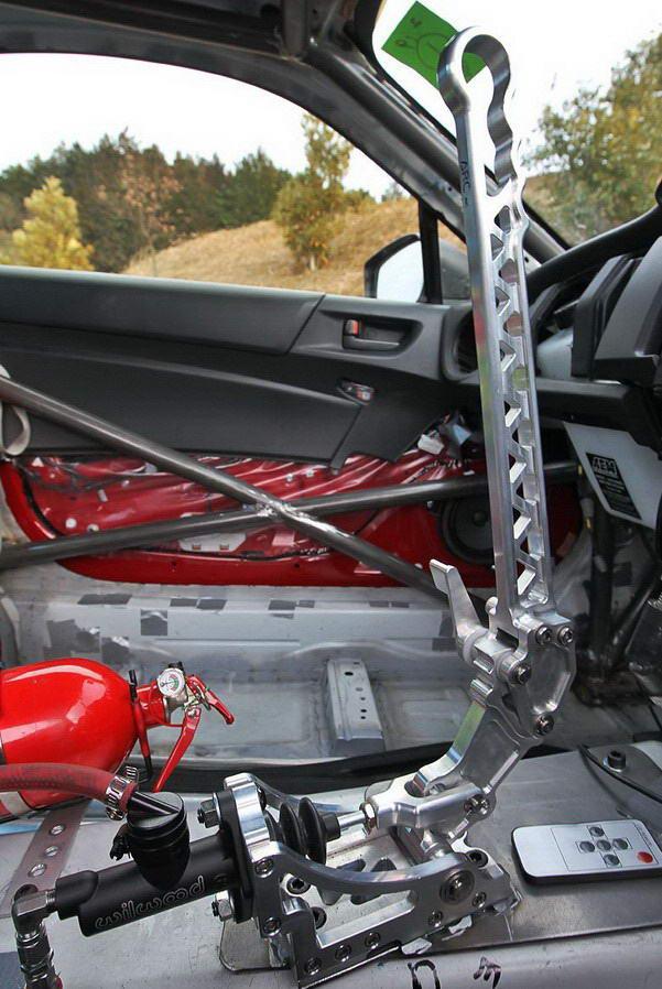 ручник выполнен в стиле Group N Cars и имеет удобную регулировку рукоятки