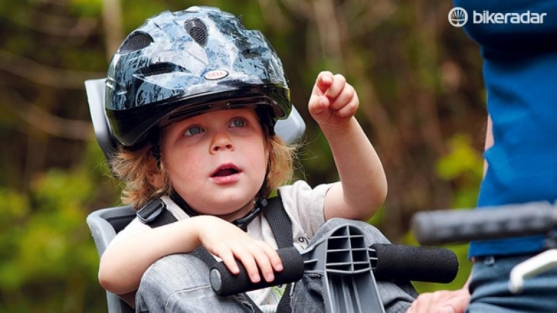ребенок в шлеме