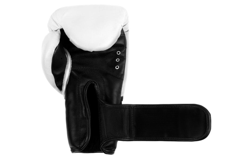 Ладонь бело-черных боксёрских перчаток Dozen Dual Impact