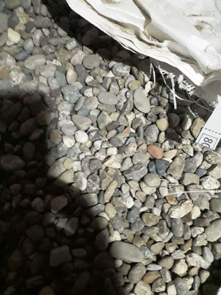 Серый речной камень в мешке
