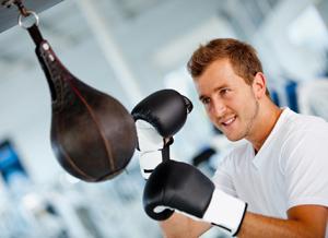 Фото тренировки мужчины с пневматической грушей