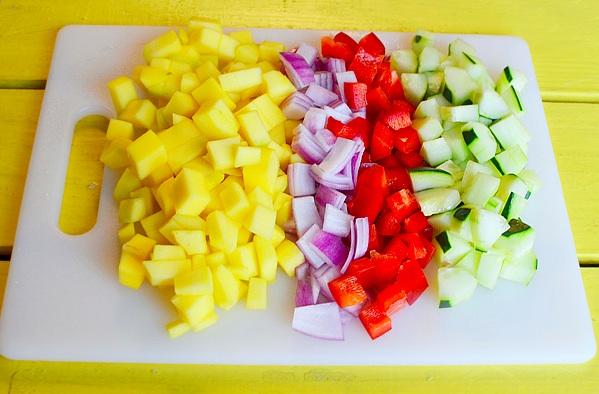 Нарезаем манго кубиками, чистим его