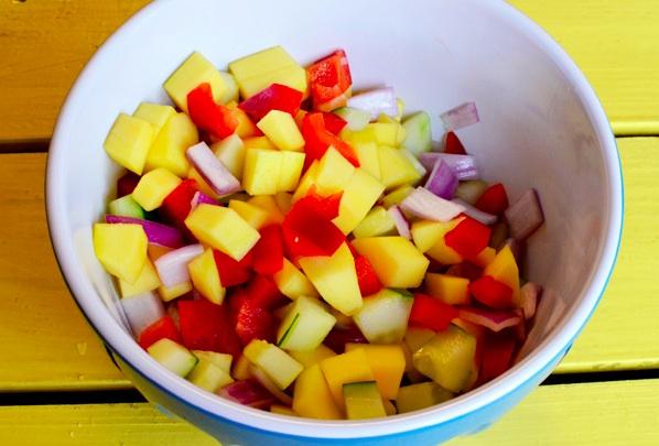 Смешиваем свежие ингридиенты в сосуде для приготовления салата
