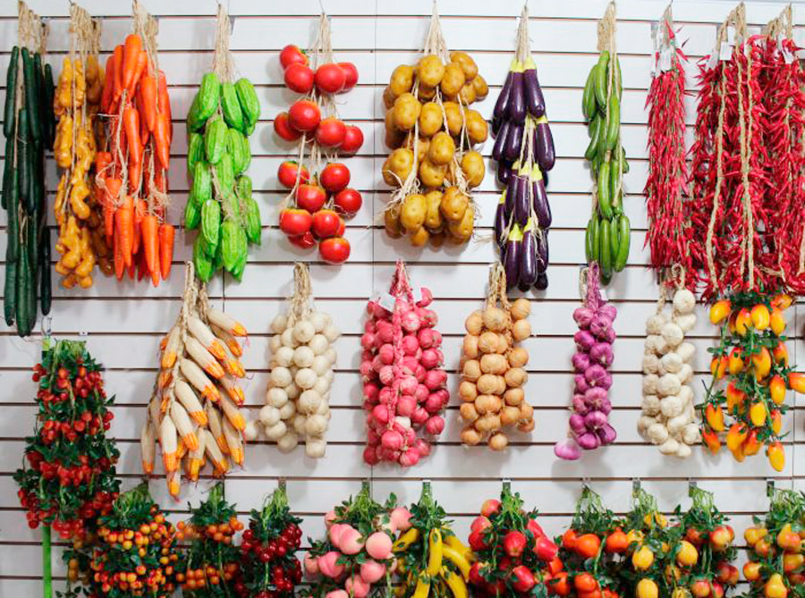 Муляжи связок лука и перца