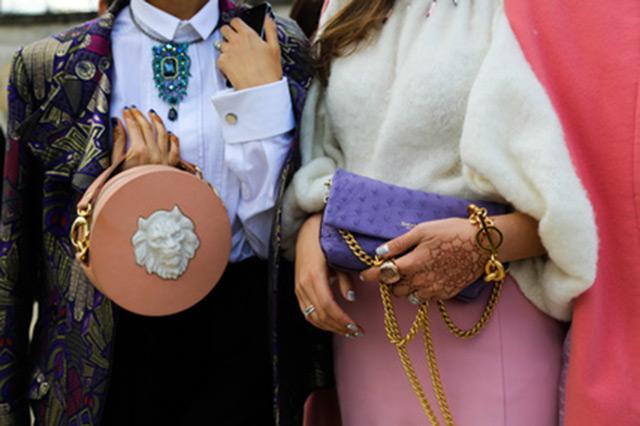 Наталья Захарова с круглой сумкой розового цвета Round Leather Lion от ANDRES GALLARDO
