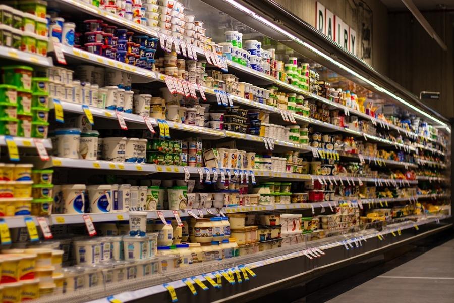 Выкладка молочки в магазине