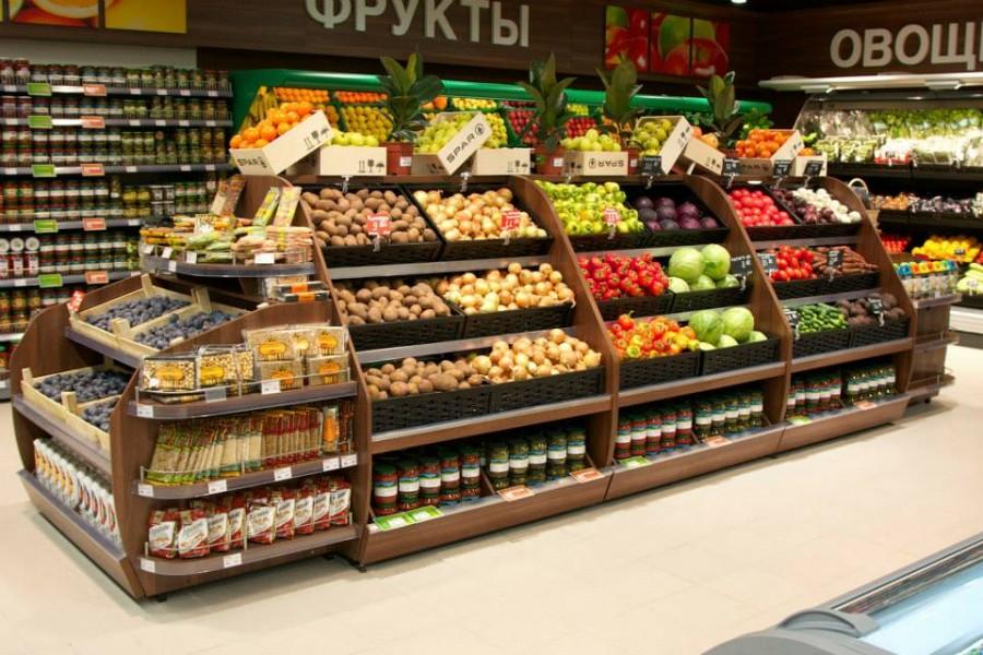 Выкладка овощей и фруктов в магазине