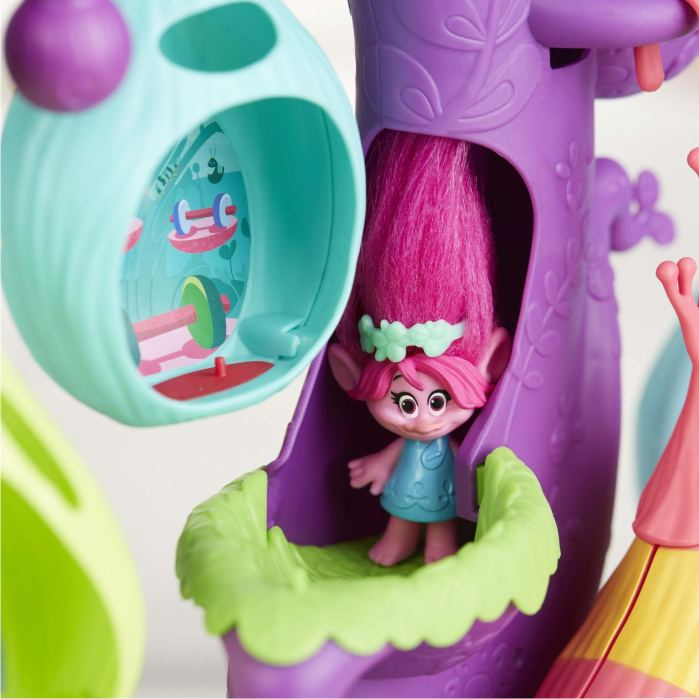 куколка Розочка в дупле дерева