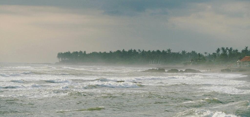 Ветер размазывает волны на Бали