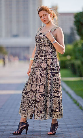 двухцветное вышитое платье