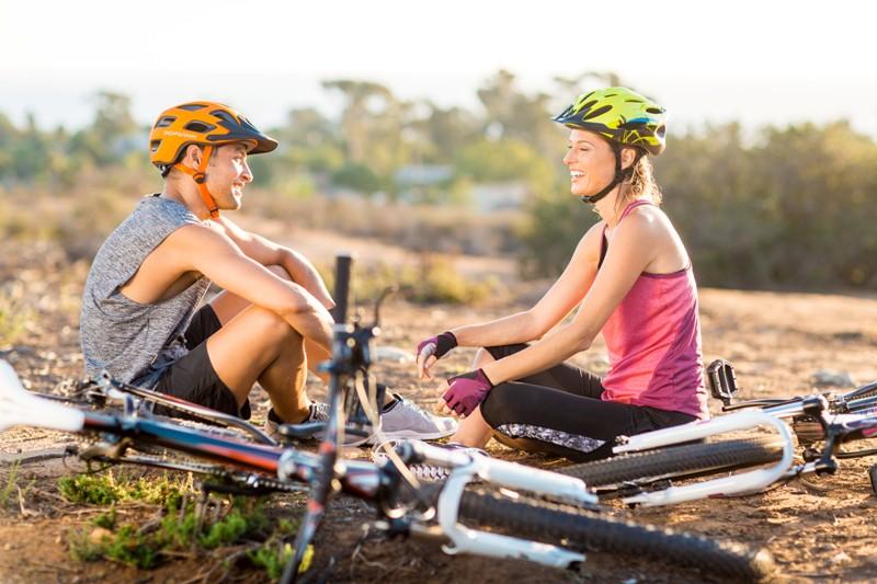Парень, девушка и велосипеды