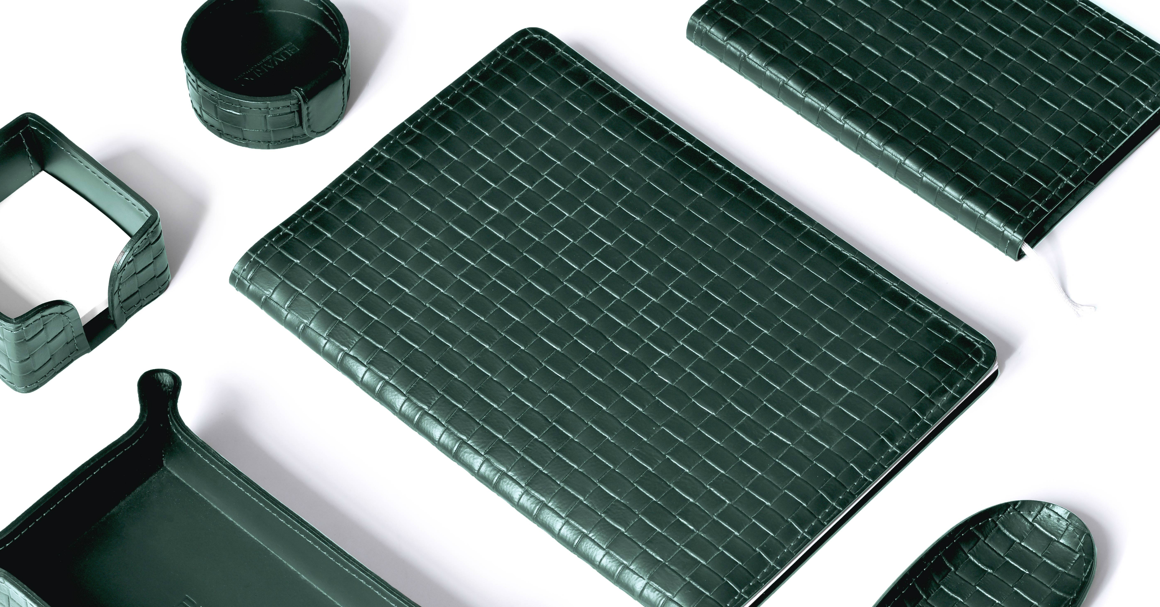 Настольный набор из кожи Cuoietto темно-зеленого цвета с отделкой под intrecciato