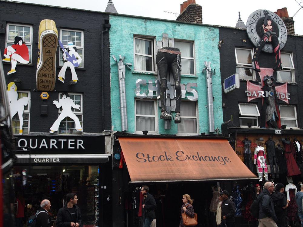 Фигуры из пенопласта на фасаде магазина.