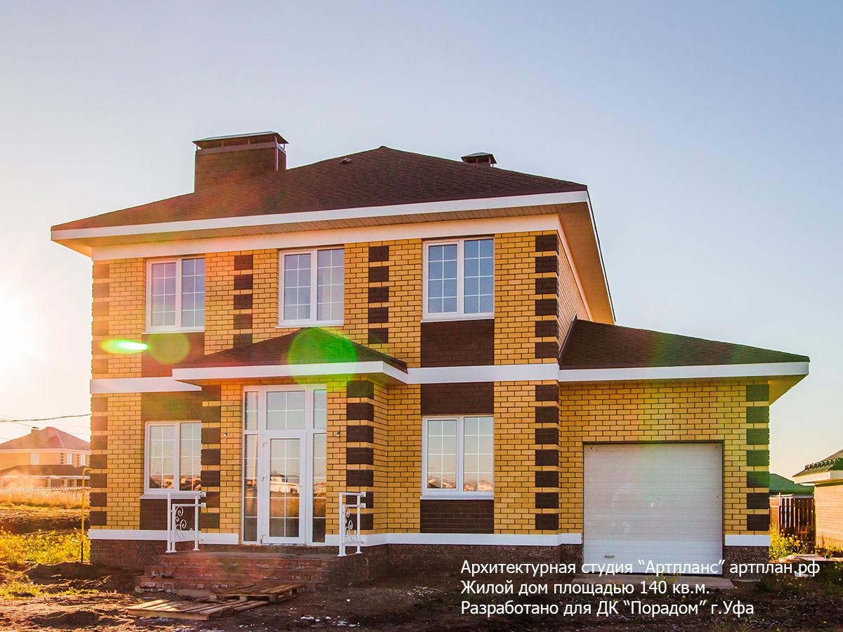 Двухэтажный кирпичный дом с кирпичным фасадом с пристроенным гаражом