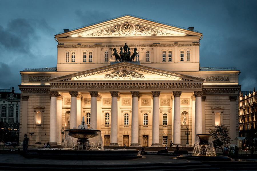 Большой театр имеет ряд мезонинных окон в верхнем этаже