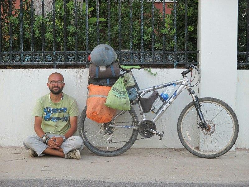 Велопутешественник со своим велосипедом