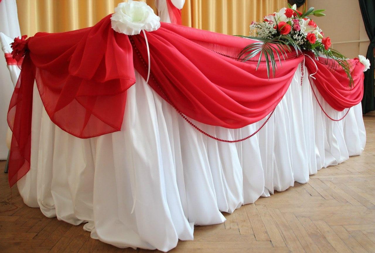 оформление_свадьбы_в_алматы_юбка_стола_красная_ткань.jpg