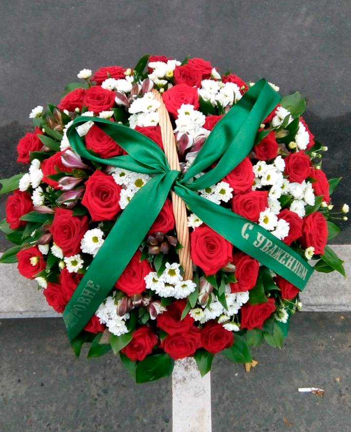 зеленая траурная лента на корзине из живых цветов