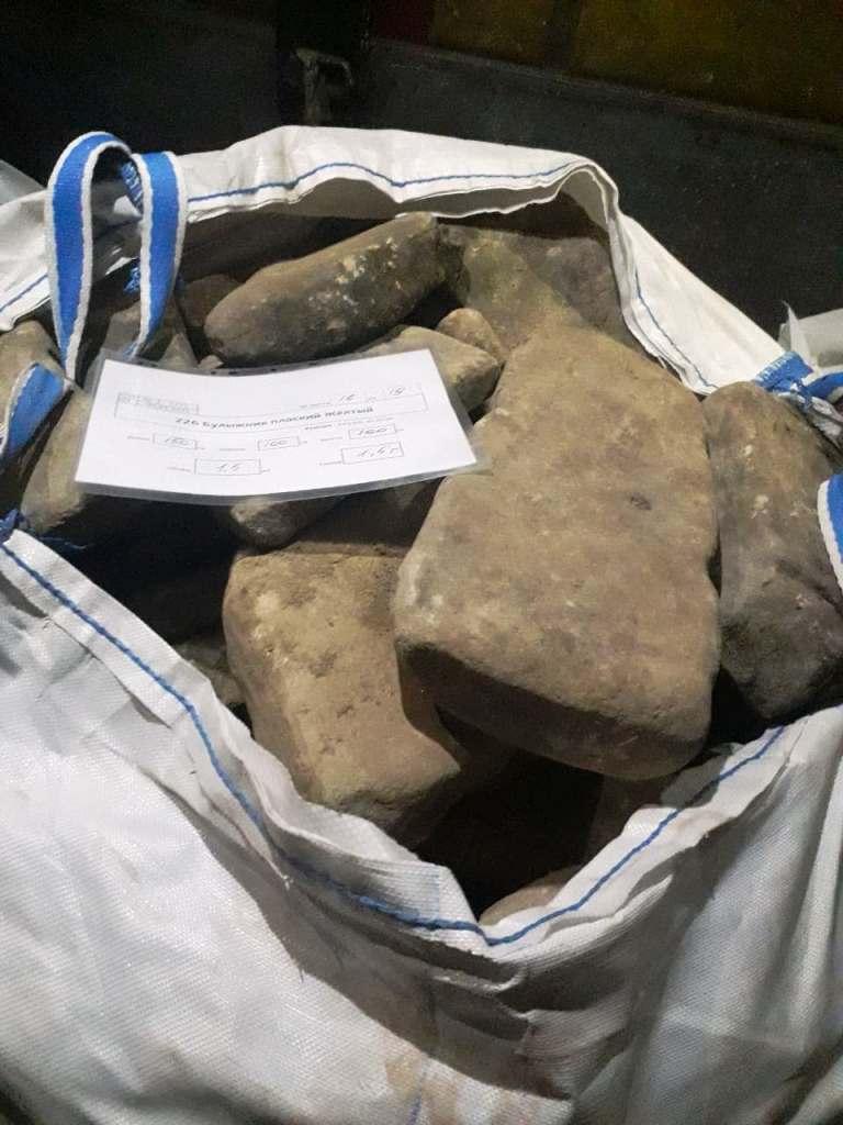 крупный природный серый плоский камень