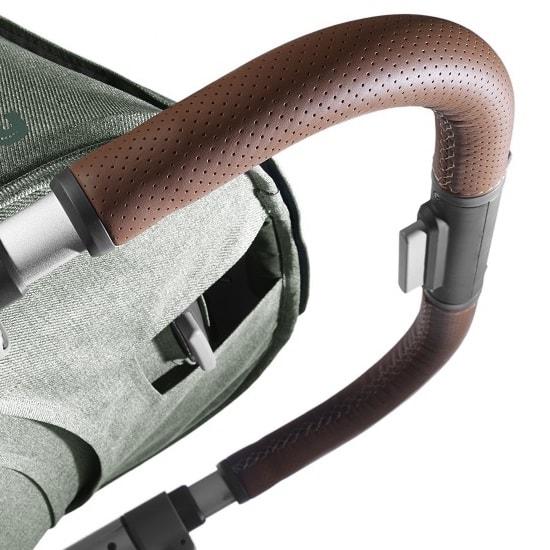 Встроенная в капюшон москитная сетка в виде смотрового окошка