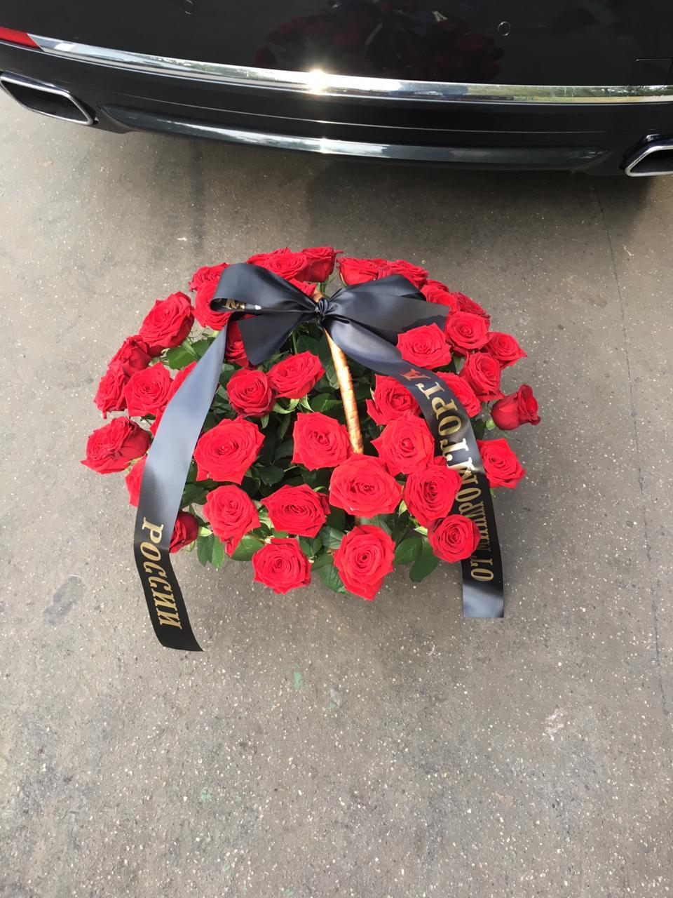 траурная корзина из 32 красных роз