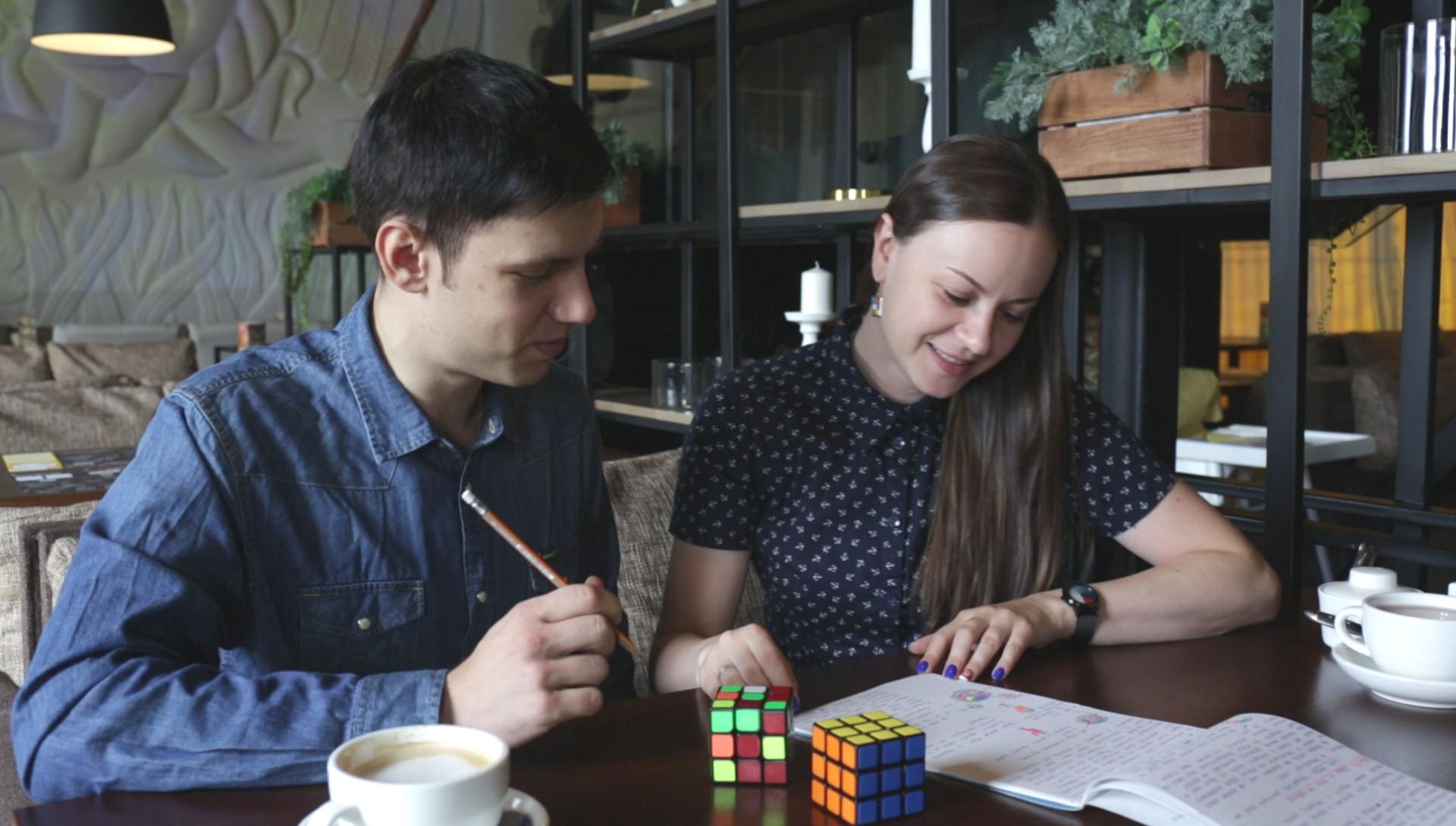 Роман Страхов и Диана Мурник выпустили книгу про кубик Рубика