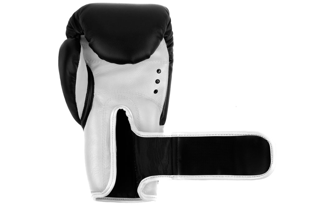 Ладонь черно-белых боксёрских перчаток Dozen Dual Impact