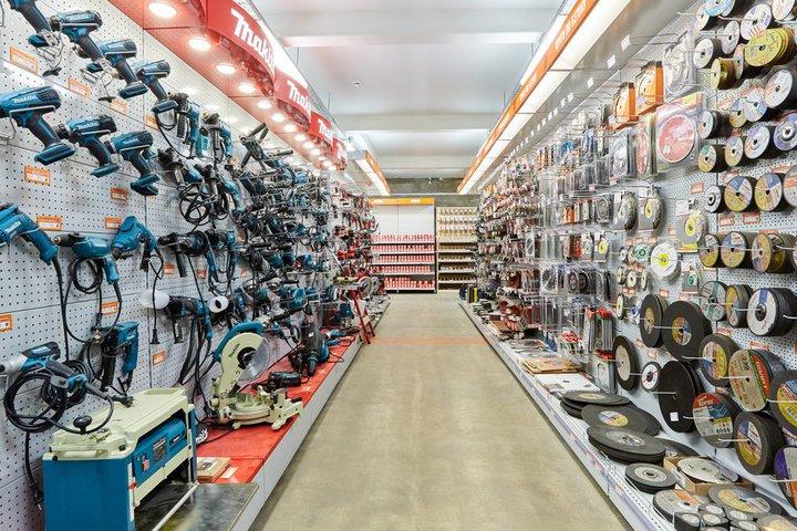 В магазине стройматериалов продаются и техника, требующая гарантийного ремонта