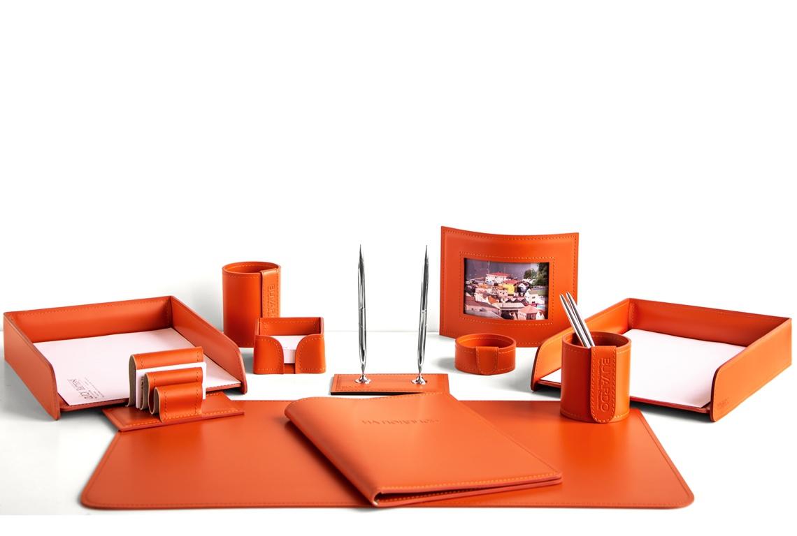 Оранжевый цвет итальянской кожи Cuoietto в наборе на стол руководителя.