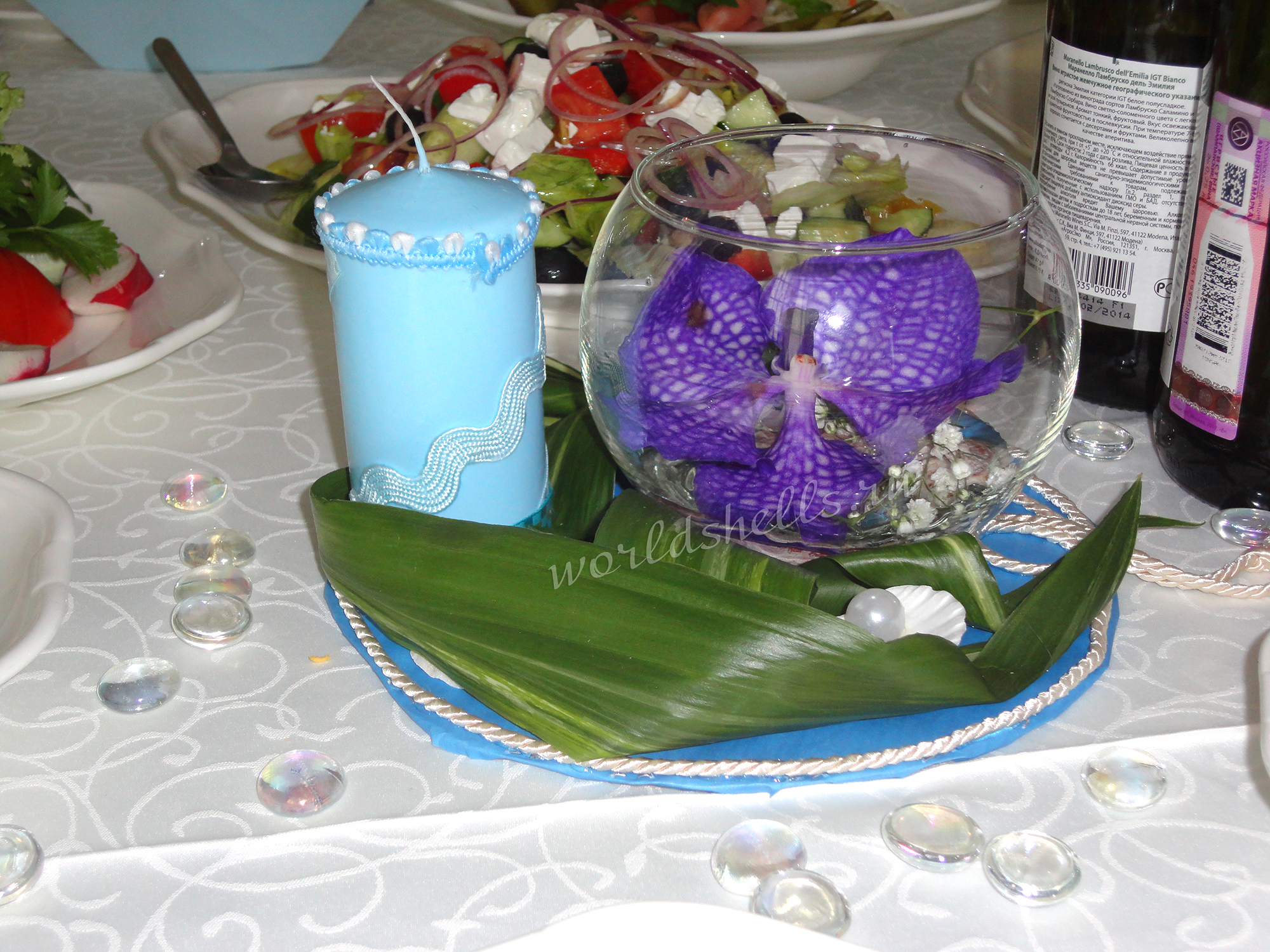 Свадебная флористическая композиция на стол гостей в вазе шар в морском стиле