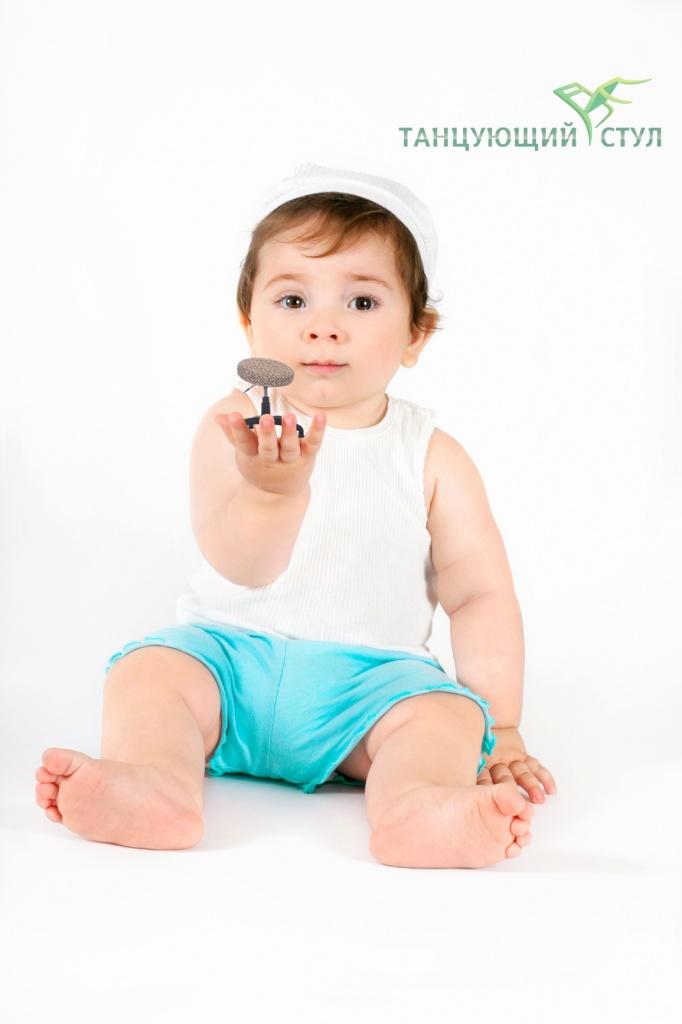 Это маленький ребенок Что у мамы на руках И сидеть среди пеленок Не умеет он пока Но мы знаем без сомненья Он презент получит свой В самый первый день рожденья  Стул танцующий восьмой copy.jpg