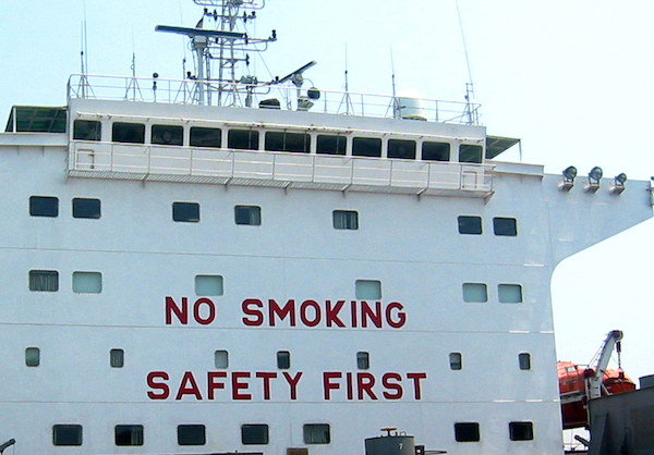 надстройка судна - no smoking safety first