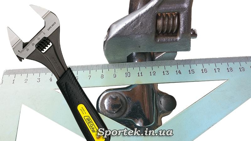 вимірювання товщини керма за допомогою розвідного ключа і лінійки