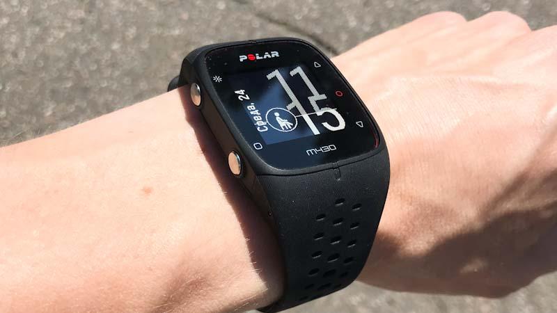 Спортивные часы Polar M430 на руке
