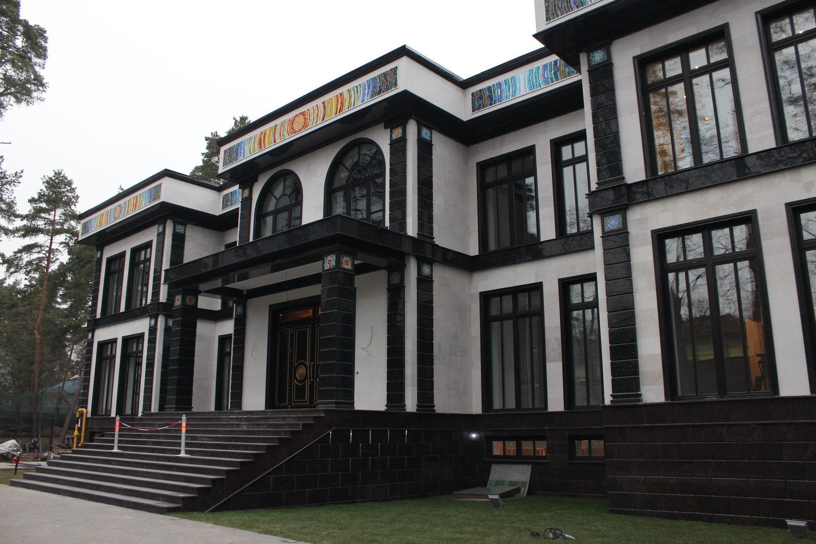 Фасадный декор из гранита