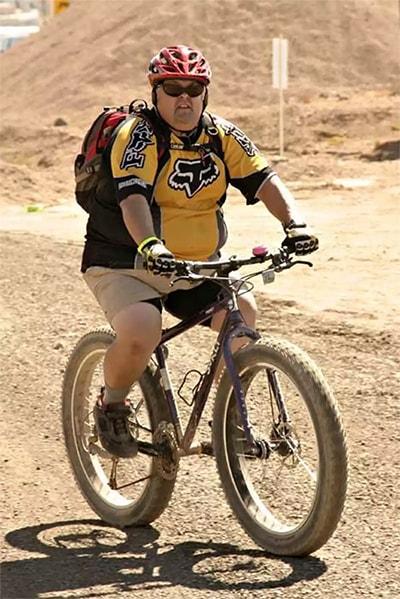 Великий велосипедист на велосипеді зі сталевою рамою