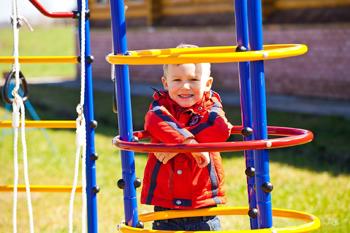 Фото ребенок играет на дск