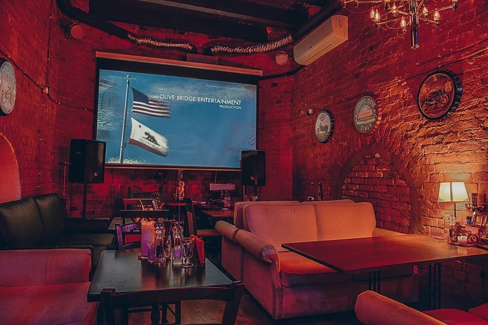 Hell Tower Гастропаб - экран и проектор