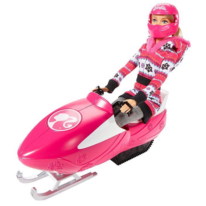 Барби использует специальный шлем во время езды на снегоходе