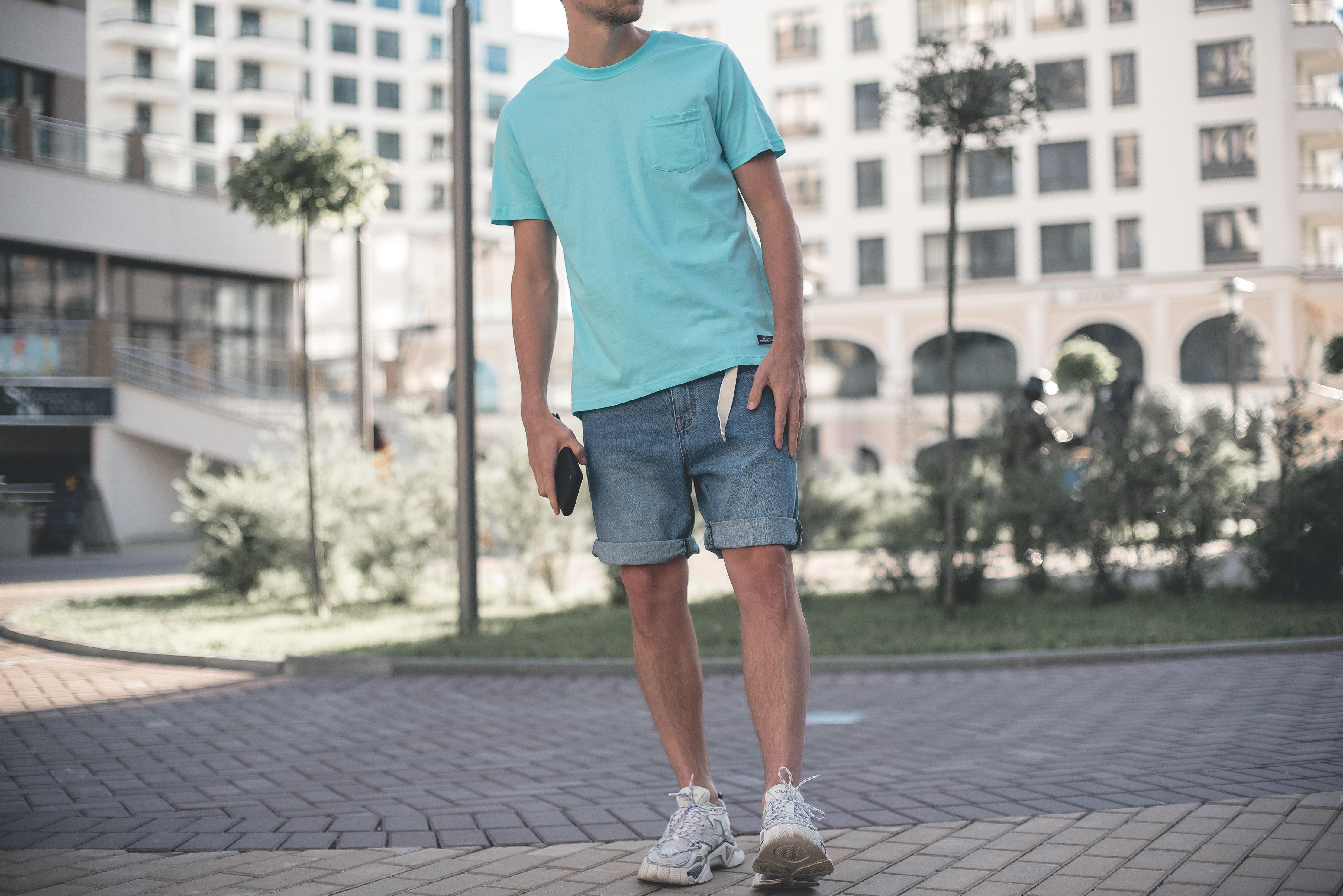 Джинсовые летние мужские шорты в сочетании со свтелой футболкой оверсайз - тренд лета 2020