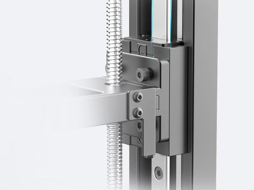 Шариковый винт и линейная направляющая по оси Z обеспечивают стабильное движение и точность печати.