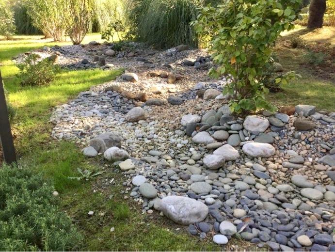 Выстилание плоским булыжником сухого ручья