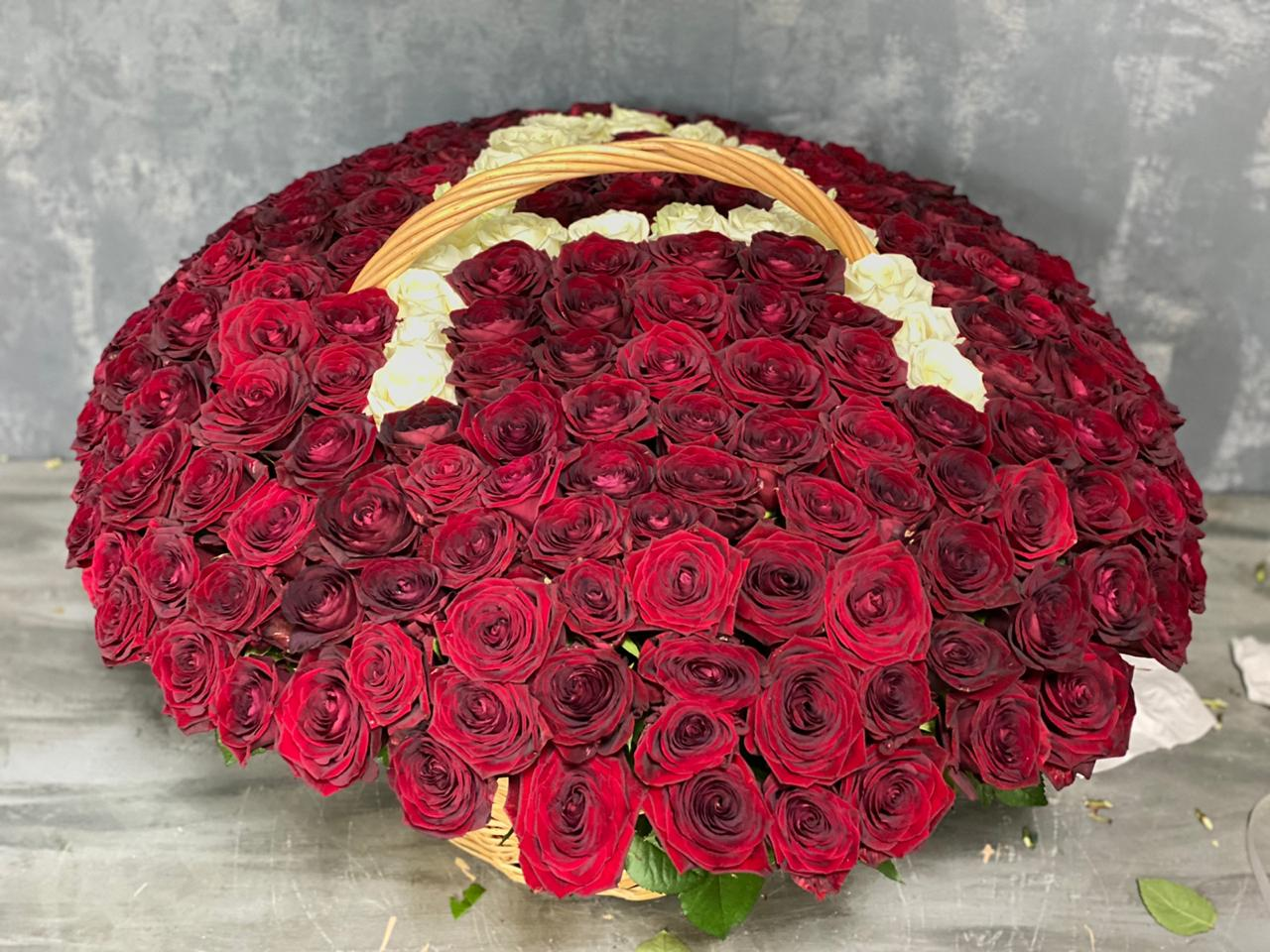 "Траурная корзина из 250 красных роз с буквой ""А"""