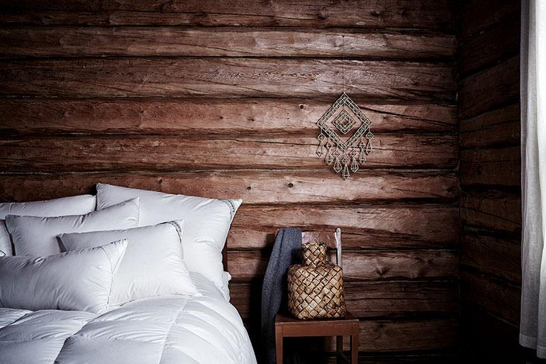 Пуховые подушки и одеяла Joutsen в традиционном скандинавском доме