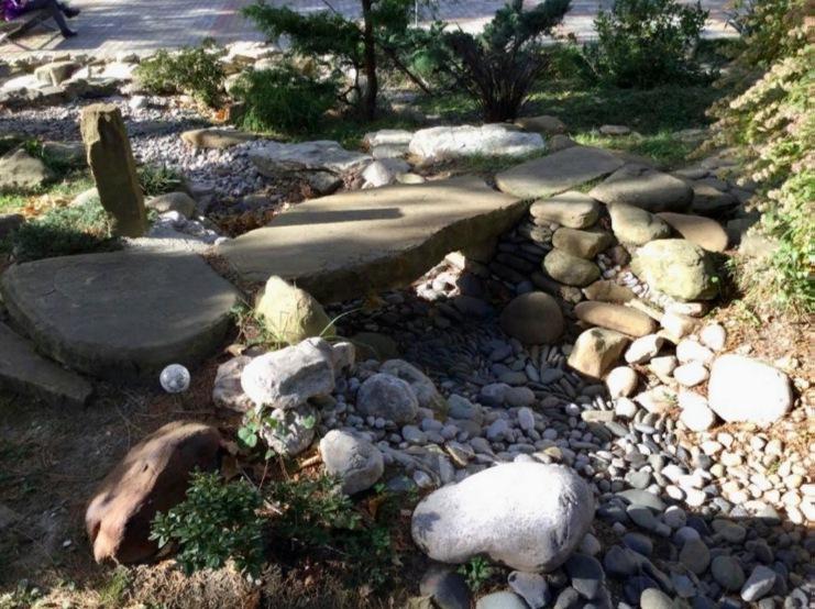 Каменный мостик через сухой ручей