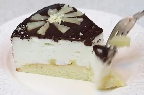 Торт Птичье Молоко без глютена на тарелке