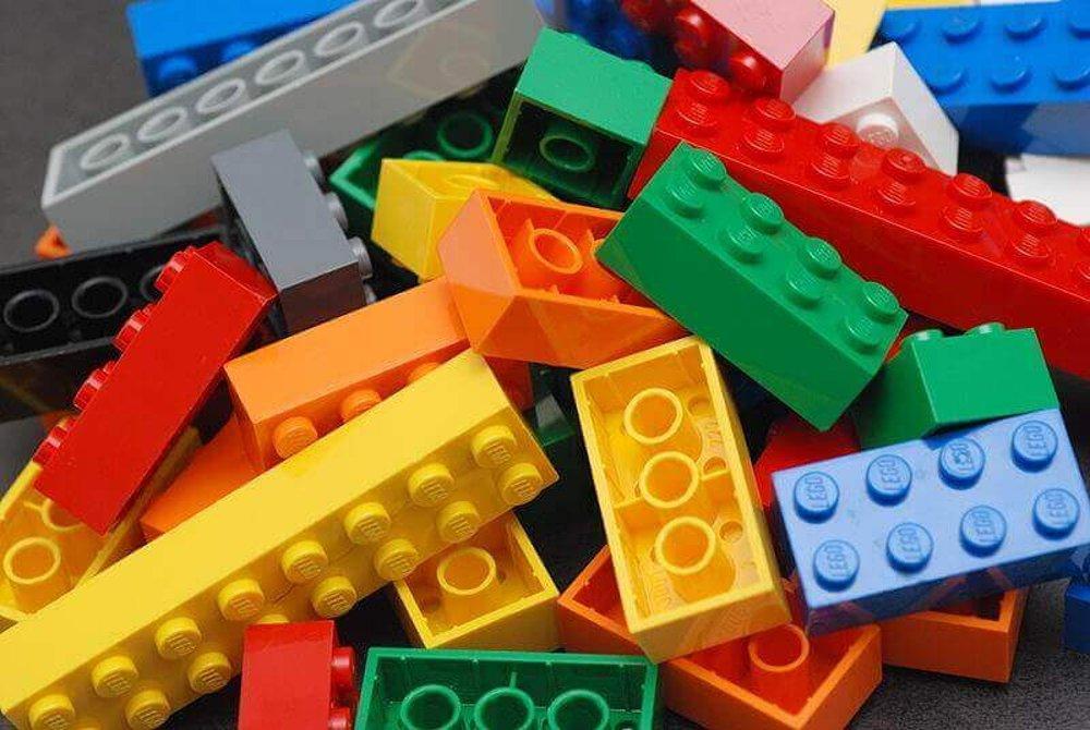 это пластик ABS, который сегодня является одним из самых распространенных материалов для настольной 3D-печати.