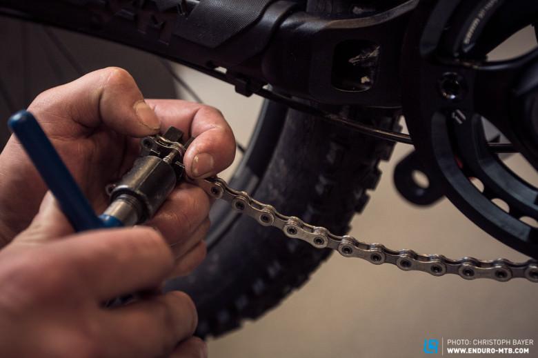 Снятие цепи с помощью выжимки