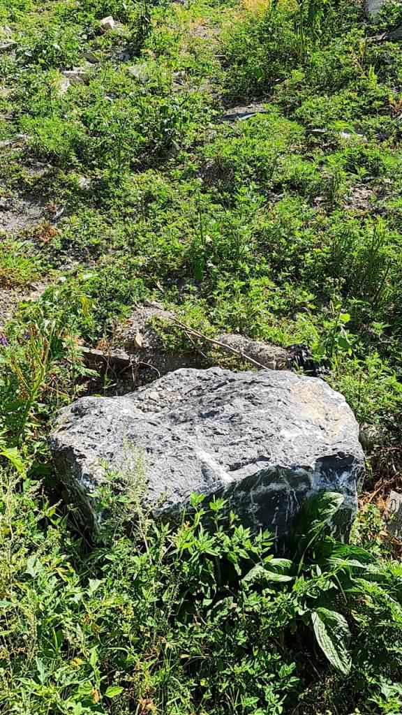 Черный острый камень валун глыба
